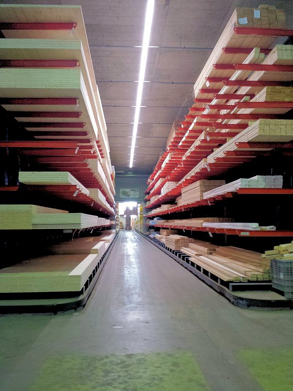 Regały wysięgnikowe do handlu artykułami drewnianymi