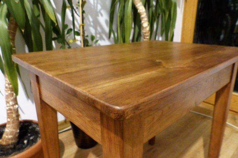 Drewniany stolik po renowacji