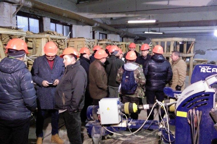 Uczestnicy misji gospodarczej podczas wizyty w tartaku