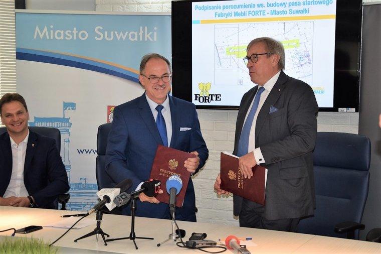 Czesław Renkiewicz, Prezydent Suwałk i Maciej Formanowicz, Prezes Zarządu Fabryk Mebli Forte SA podpisali umowę dotyczącą rozbudowy lotniska