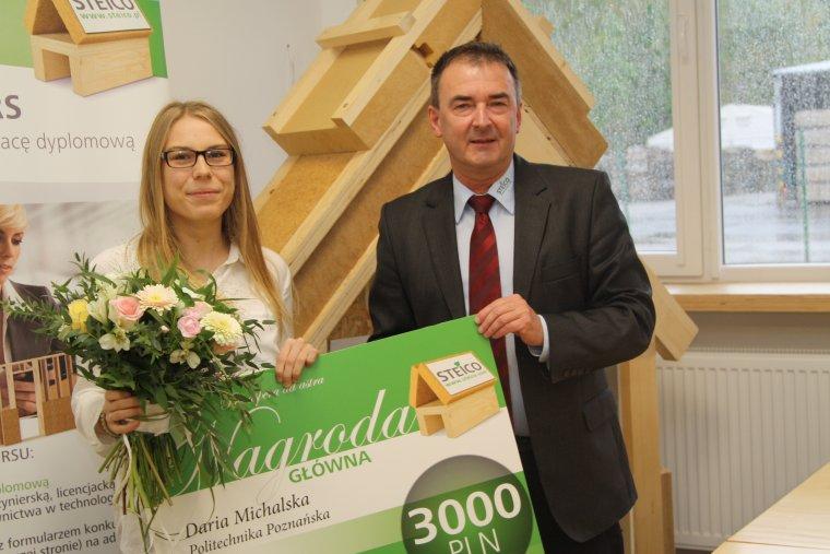 Nagrodę w wysokości 3 tys. zł Darii Michalskiej, autorce zwycięskiej pracy tegorocznej edycji konkursu, wręczył Waldemar Motyka, wiceprezes zarządu STEICO CEE Sp. z o.o.