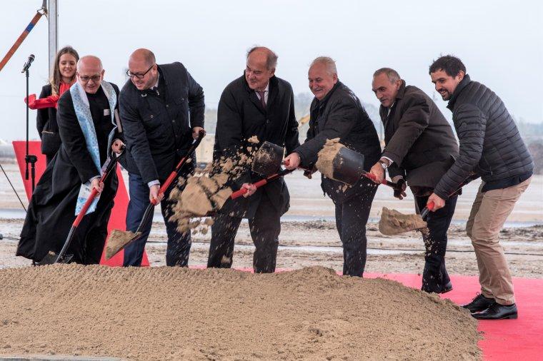 Symbolicznym wbiciem łopaty Grupa EGGER zainicjowała budowę fabryki płyt wiórowych w Biskupcu