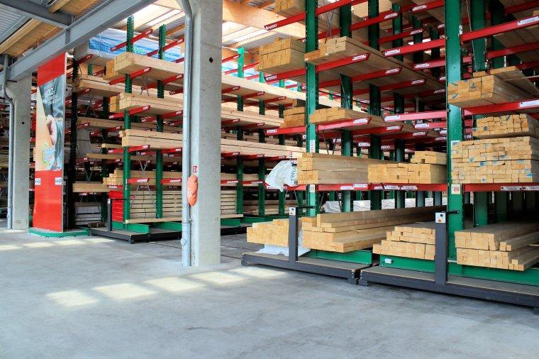 Regał mobilny w handlu materiałami budowlanymi