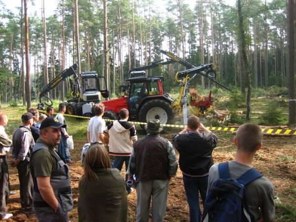 Organizacja targów na terenach leśnych umożliwia prezentację maszyn podczas pracy
