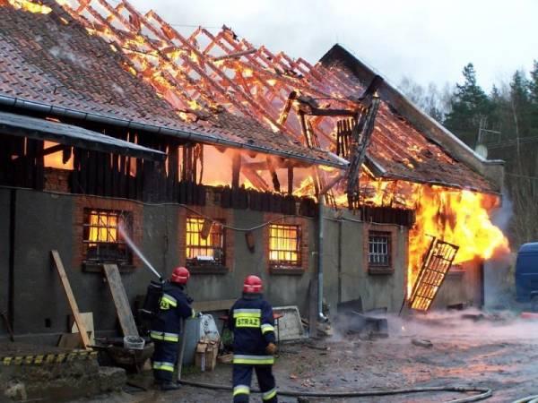 W wyniku pożaru spaleniu uległo poddasze i dach budynku