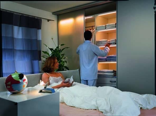 Półki, szafy wnękowe można ciekawie zaaranżować światłem