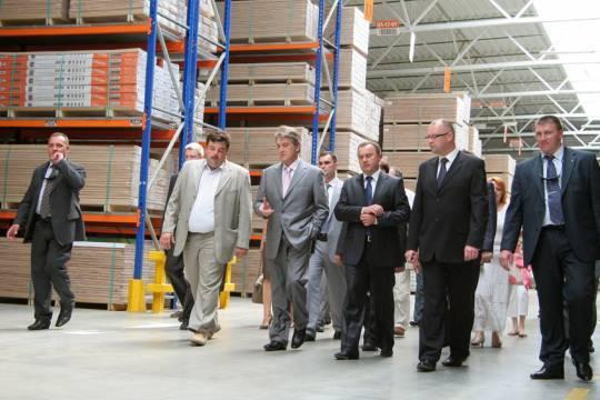 Wiktor Juszczenko zwiedza fabrykę Barlinka na Ukrainie
