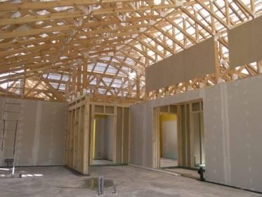 Dom w technologii szkieletu drewnianego budowany z modułów