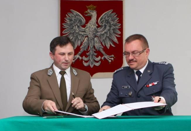 Marian Pigan i Kajetan Dubiel podpisują porozumienie o współpracy