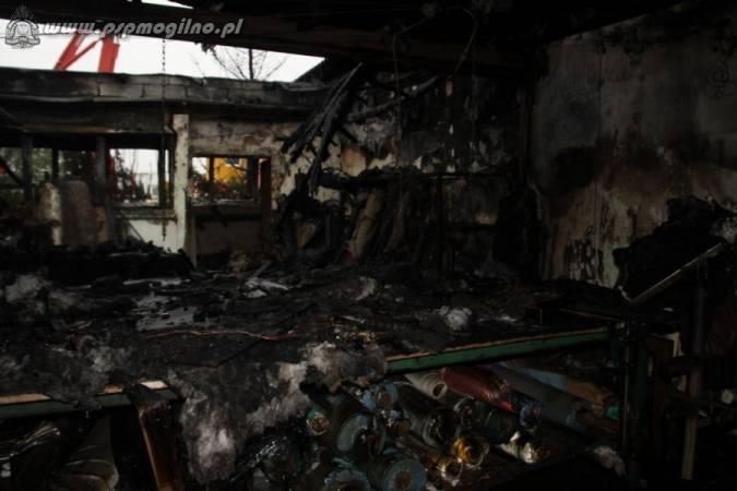 Spalona hala fabryki mebli tapcerowanych w Janikowie