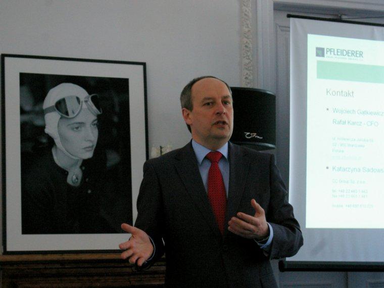 Wojciech Gątkiewicz, prezes Pfleiderer Grajewo S.A., omawia sytuację spółki podczas konferencji prasowej