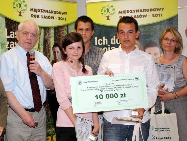 Zwycięski zespół z Puław ze swoją nauczycielką oraz Andrzejem Kawalcem, wiceprezesem Towarzystwa Przyjaciół Lasu i przewodniczącym międzynarodowej komisji konkursowej