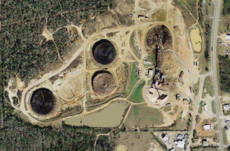 Fabryka pelletu powstanie na miejscu istniejącego zakładu produkcji zrębków. Widoczne na zdjęciu okręgi to stosy kłód drewna o średnicy ok. 100m i wysokości ok. 8 m. W każdym stosie znajduje się ok. 40 tys. m3 drewna.