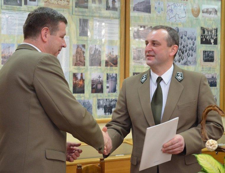 Tomasz Sot przyjmuje nominację od Adama Wasiaka.