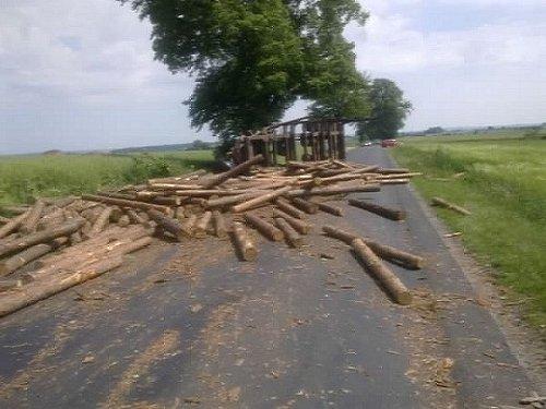 Niebezpieczna kolizja pojazdu transportującego drewno