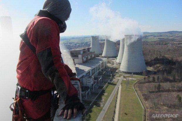 Aktywiści Greenpeace na szczycie chłodni kominowej Elektrowni Turów
