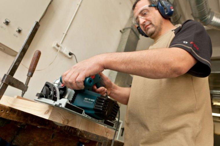 Zagłębiarkę GKT 55 GCT Professional wykorzystywano do cięcia grubego drewna przeznaczonego do dalszej obróbki. Za największe zalety narzędzia krakowscy stolarze uznali zastosowaną w nim blokadę przy wysunięciu tarczy oraz jakość cięcia, charakteryzującą s