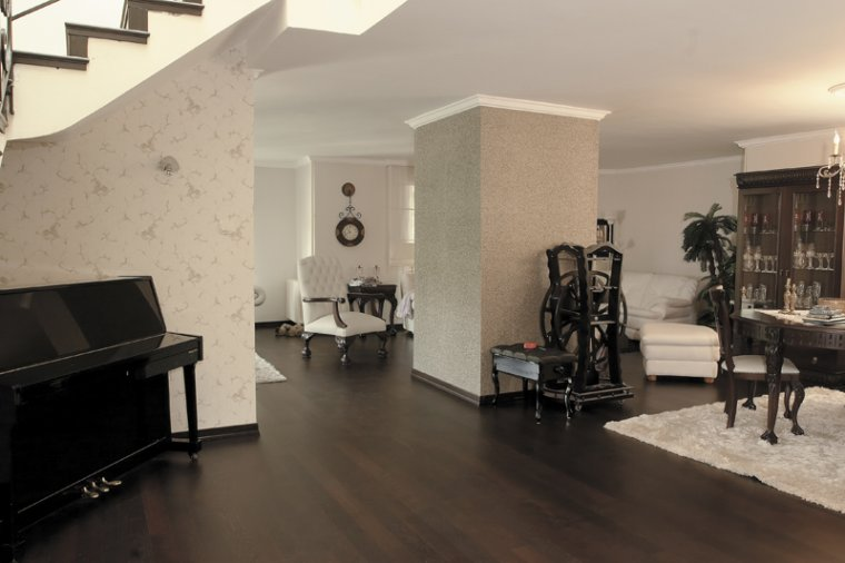 Podłoga z drewna egzotycznego Wenge w aranżacji salonu inspirowanego stylem klasycznym.