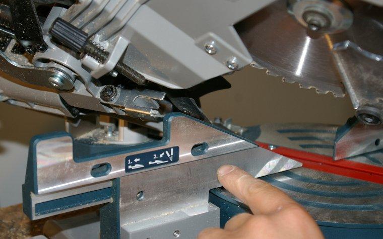 Praca z wyhyleniem piły powyżej 45st. wymaga odsunięcia części prowadnicy