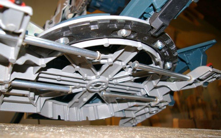 Prowadnice podpórek chowają się pod aluminiowym stołem roboczym. Naszym zdaniem mogłyby być dłuższe.