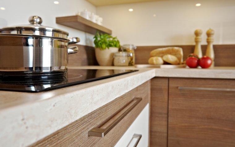 O higienę w kuchni warto zadbać już na etapie montażu, szczególnie osadzanych w blacie zlewozmywaków i płyt kuchennych.