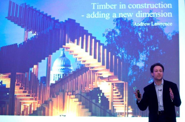 Andrew Lawrence z firmy inżynieryjnej Arup prezentuje instalację Endless Stair jako przykład zastosowania drewna klejonego w technologii