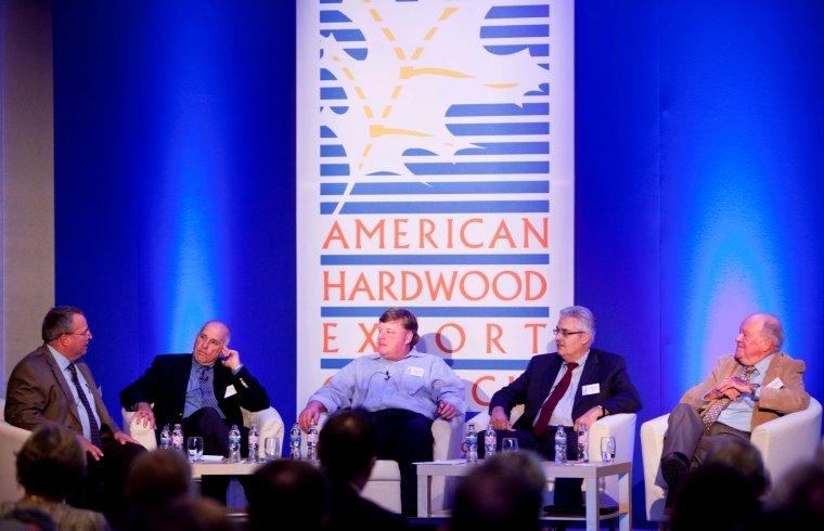 Panel dyskusyjny dla przedstawicieli przemysłu drzewnego na temat wyzwań stojących przed branżą, prowadzony przez prezesa AHEC, Deana Alanko (z lewej)
