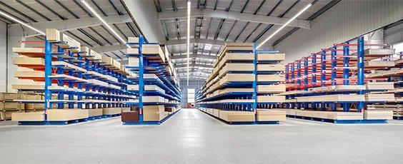 Masywny system magazynowania na ciężkie produkty z drewna.