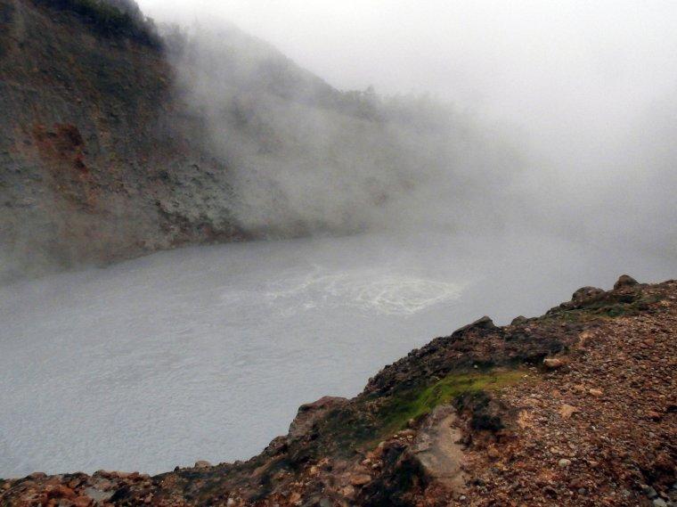 Wrzące Jezioro - widok z półki skalnej