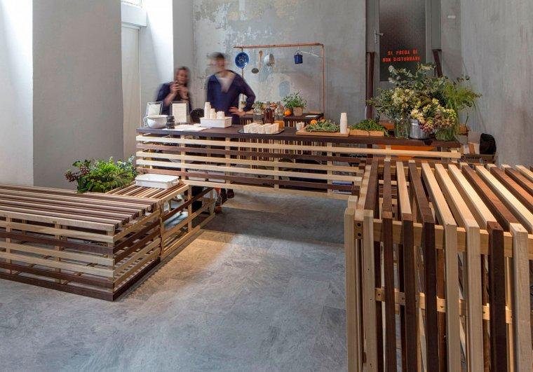 Miks owoców i drewna tulipanowca - oryginalny juice bar na wystawie Wallpaper* Handmade w Mediolanie