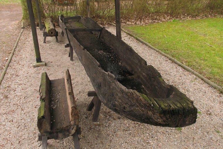 Łódź dłubanka z X w. znaleziona w Odrze znajdująca się w Muzeum w Świdnicy (woj. lubuskie)