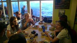 W schronisku czekał na nas smaczny posiłek w formie szwedzkiego stołu. Kucharze na bieżąco dogotowywali, kończące się potrawy. Po kolacji, udaliśmy się na spoczynek niezbyt długi, bo o godz. 2:00 pobudka i nocne wejście na szczyt.