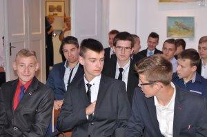 Dyplomy i upominki oraz wiele słów wsparcia na rozpoczętej właśnie drodze zawodowej otrzymali uczniowie klasy o profilu stolarskim z Czarnej Wody na spotkaniu w konsulacie niemieckim