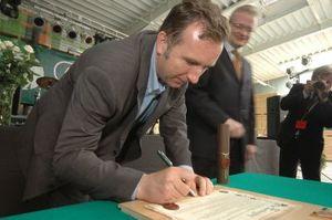 Michał Sołowow podpisuje<br>akt erekcyjny