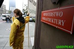 <b><center><small><font color=darkred>Protesty Greenpeace <br>przeciwko niszczeniu <br>Zielonych Płuc Polski<br></b>(Fot. Greenpeace)</font></small></center>