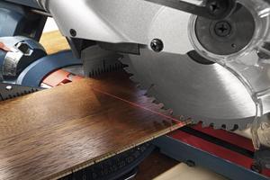 Wskaźnik laserowy zapewnia precyzję cięcia.