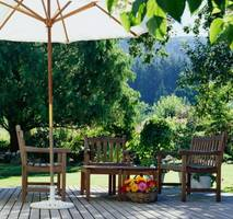 Drewniane elementy w ogrodzie najlepej dekorować lakierobejcami Drewnochron