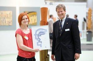 Cindy König zdobywczyni 1. nagrody w konkursie Młoda sztuka organizowanej w ramach wystawy Cuda z drewna. Nagrodę wręcza Stephan Ph. Kühne, członek zarzadu Deutschen Messe AG