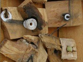 Izolatory linii radiowej zarośnięte w drewnie