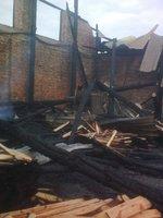 Zniszczona wskutek pożaru hala produkcyjna zakładu w Szczykocinie