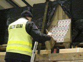 Białostoccy celnicy udaremnili przemyt papierosów ukrytych w transporcie desek