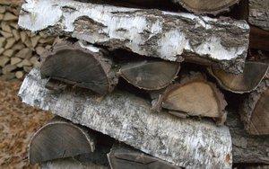 Drewno sezonowane ciemnieje