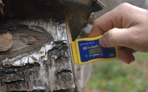 Wilgotność drewna sezonowanego przez rok to ok. 16%