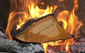 Podczas spalania drewna o zbyt dużej wilgotności widać wydobywającą się z drewna wodę i parę