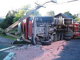 Jadąca najprawdopodobniej zbyt szybko ciężarówka wywróciła się i zerwała linię enrgetyczną