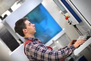 Nowoczesne maszyny sterowane numerycznie to podstawa precyzyjnej obróbki elementów stołów i krzeseł. W firmie Halex trwają kolejne inwestycje w tego typu maszyny.