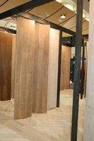 Duże, obrotowe ekspozytory prezentujące poszczególne kolekcje podłóg Chapel Parket.
