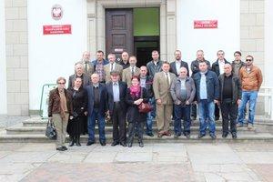 Delegacja gruzińska przed siedzibą Wielkopolskiego Parku Narodowego.