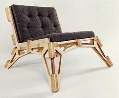 Wycięty z jednego kawałka brzozowej sklejki fotel Chair 23D pakowany jest do płaskiego kartonu, a jego montaż przypomina układanie puzzli 3D.