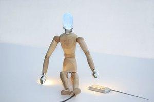 Designerska lampka FIFFI LE MANNEQUIN udowadnia, że możliwości zastosowania drewna ograniczone są tylko i wyłącznie wizją projektanta.